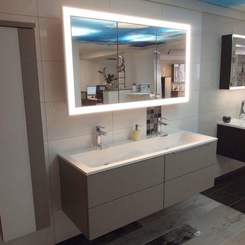 Besuchen Sie gerne unsere Badausstellung in Schefflenz! Eine reichliche Auswahl an Spiegelschränken wartet auf Sie!